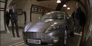 Aston Martin V12 Vanquish (Умри, но не сейчас 1)