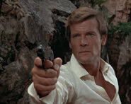 Роджер Мур (Человек с золотым пистолетом 1)