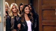 2 Broke Girls - Victoria's Secret Models