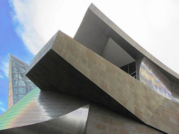 800px-Taubman Museum of Art.jpg
