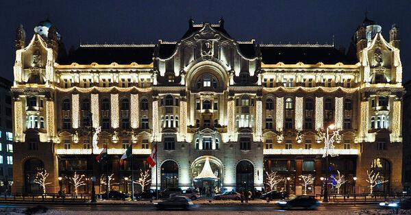 800px-Budapest four seasons.jpg