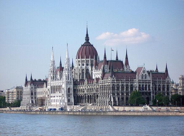 800px-Budapest Parlament1.jpg