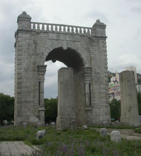 Seoul Independence Gate.jpg