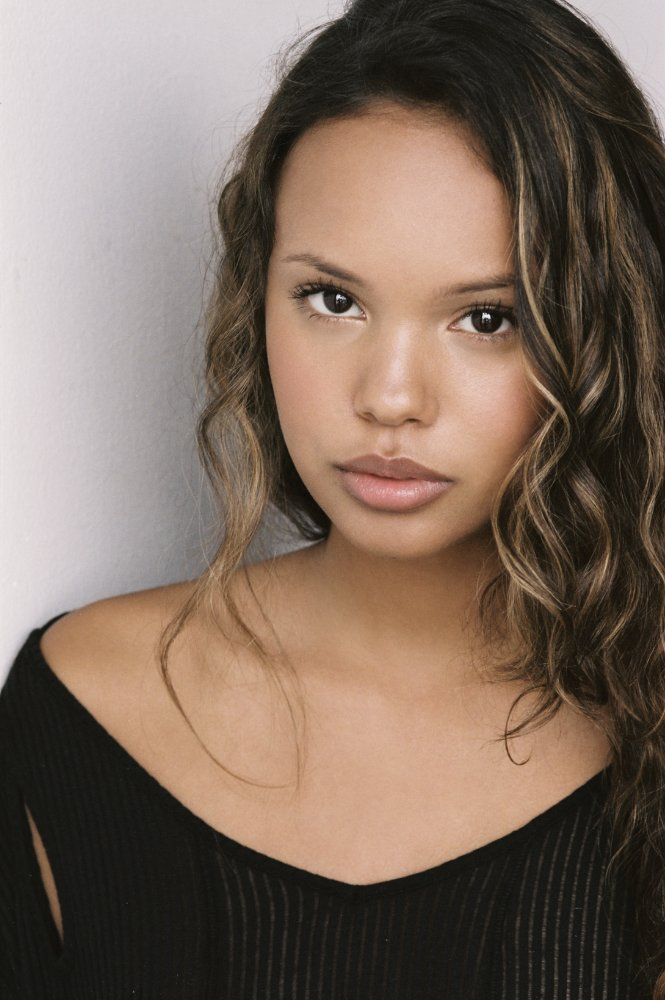 The 20-year old daughter of father (?) and mother(?), 163 cm tall Alisha Boe in 2017 photo