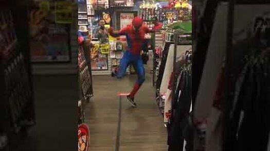 Spider-Man bailando en tienda de cómics 100 real no fake