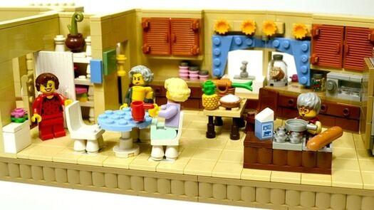 "Lego Super-Fan Recreates Scenes From Classic ""Golden Girls"" Episodes"