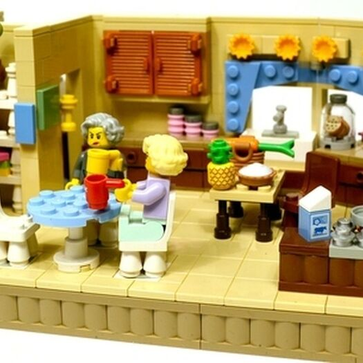 "Lego Super-Fan Recreates Scenes From Classic ""Golden Girls"" Episodes"