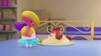 101b - Harriet examines the spaghetti