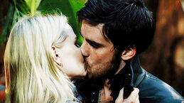 Captain-Swan-kiss-once-upon-a-time-35853704-500-280
