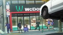 Haru y Kuroyukihime a punto de ser atropellados