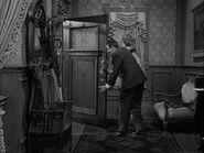 Входная дверь дома Аддамсов