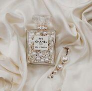 Chanel-pearls-earring