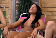 Chica haciendo topless en la piscina