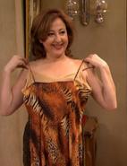Aida probandose un vestido