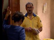 Juan Carlos repartiendo una carta a Aída