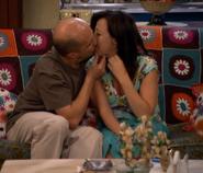 Chema besando a Aída