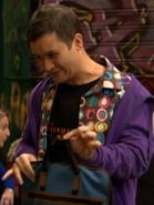 Tony con una maleta