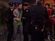 Rober siendo arrestado por la policia