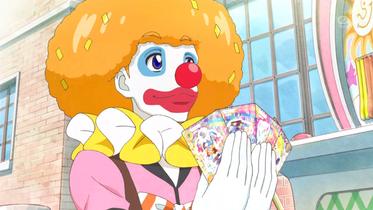 """""""Clowni"""" überreicht Kaede die Karten"""