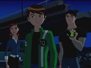 Kevin mostrando su insignia robada de Plomeros