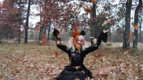 Goth-Loli_Throwing_Autumn_Leaves