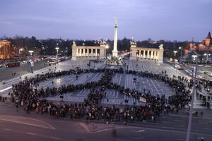 BUDAPEST Heroes Square 1-peace sign2007.jpg