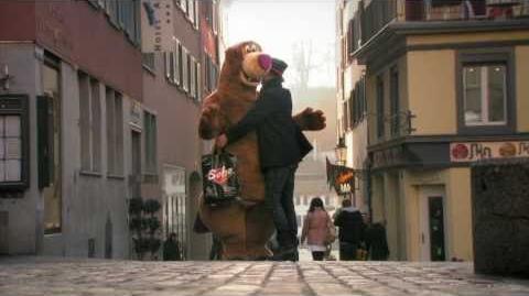 Ingyen ölelés kampányfilm medve jelmezzel