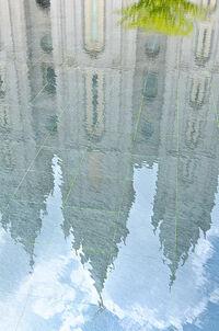 Vízben tükröződő épület
