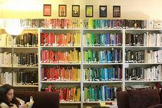 sokszínű könyvespolc