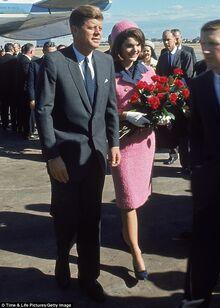 JFK y Jacqueline Kennedy en el aeropuerto de Dallas.jpg