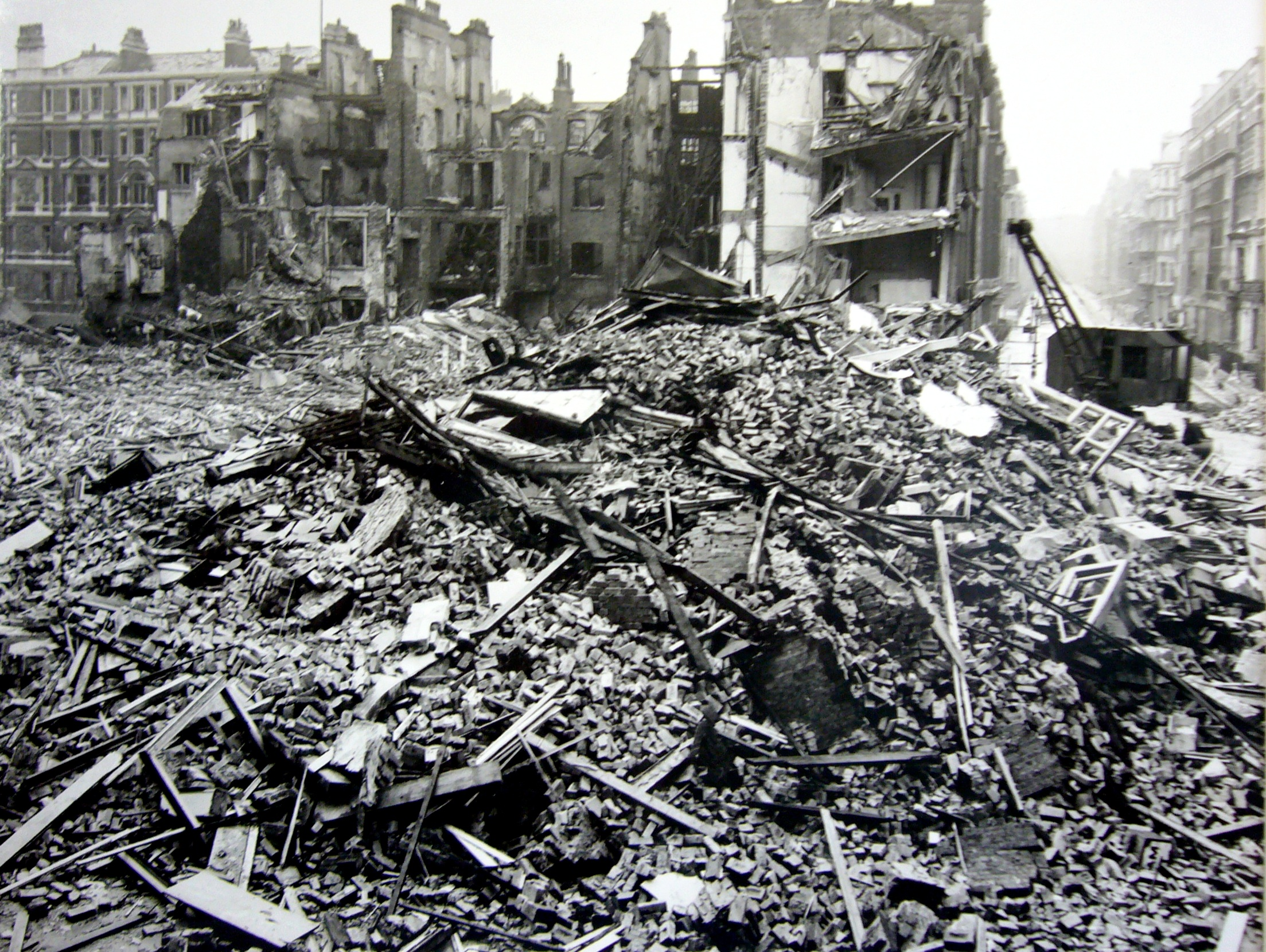1940 St Katharine Docks, and the Tower of London raid (Hitler's World)