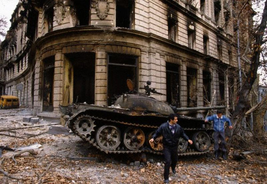 Грузинский танк, сожженный в центре Гагры.jpg