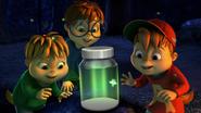 Alvin, Simón y Teodoro impresionado por una Luciernaga
