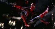 Человек-паук прыгает по городу.webp