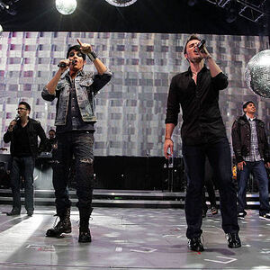 Adam-lambert-and-kris-allen-perform-at-the-american-idol 002.jpg