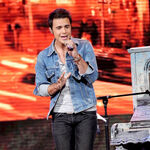 Singer-kris-allen-performs-onstage-at-foxs-american-idol 005.jpg