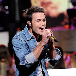Singer-kris-allen-performs-onstage-at-foxs-american-idol 002.jpg