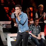 Singer-kris-allen-performs-onstage-at-foxs-american-idol 007.jpg