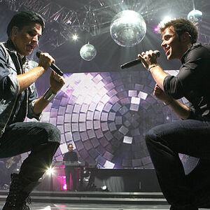 Adam-lambert-and-kris-allen-perform-during-the-2009-american.jpg