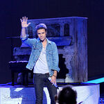 Singer-kris-allen-performs-onstage-at-foxs-american-idol 003.jpg