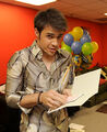 Contestant-kris-allen-is-seen-backstage-at-the-american-idol
