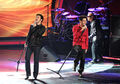 Contestants-kris-allen-and-danny-gokey-perform-live-on-the-a