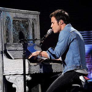 Singer-kris-allen-performs-onstage-at-foxs-american-idol 006.jpg