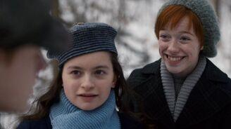 Diana und Anne lächelt