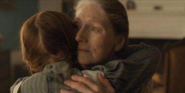 Marilla und Anne umarmen sich