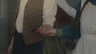 Anne und Gilbert halten Hände
