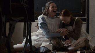Anne und Diana lachen