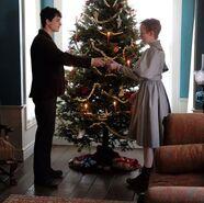 Gilbert gibt Anne geschenk
