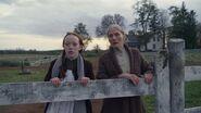 Marilla und Anne am Zaun