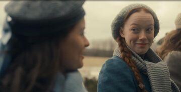 Anne lächelt zu Diana